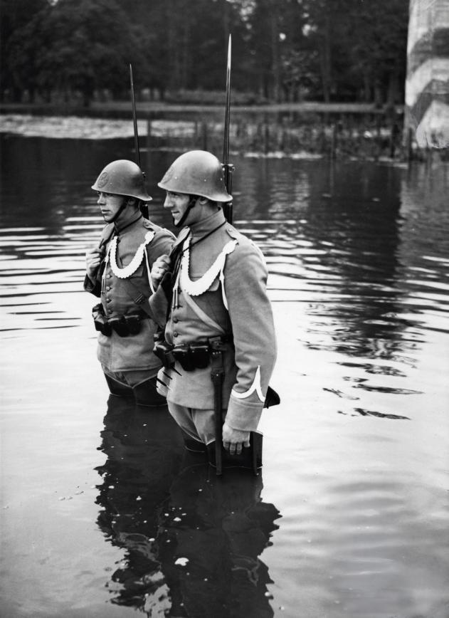 mobilisatie_1939_dutch_soldiers_on_guard.jpg