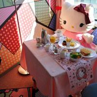 Ezen a videón tényleg nem történik semmi más, mint hogy elfogyasztok egy Hello Kitty reggelit
