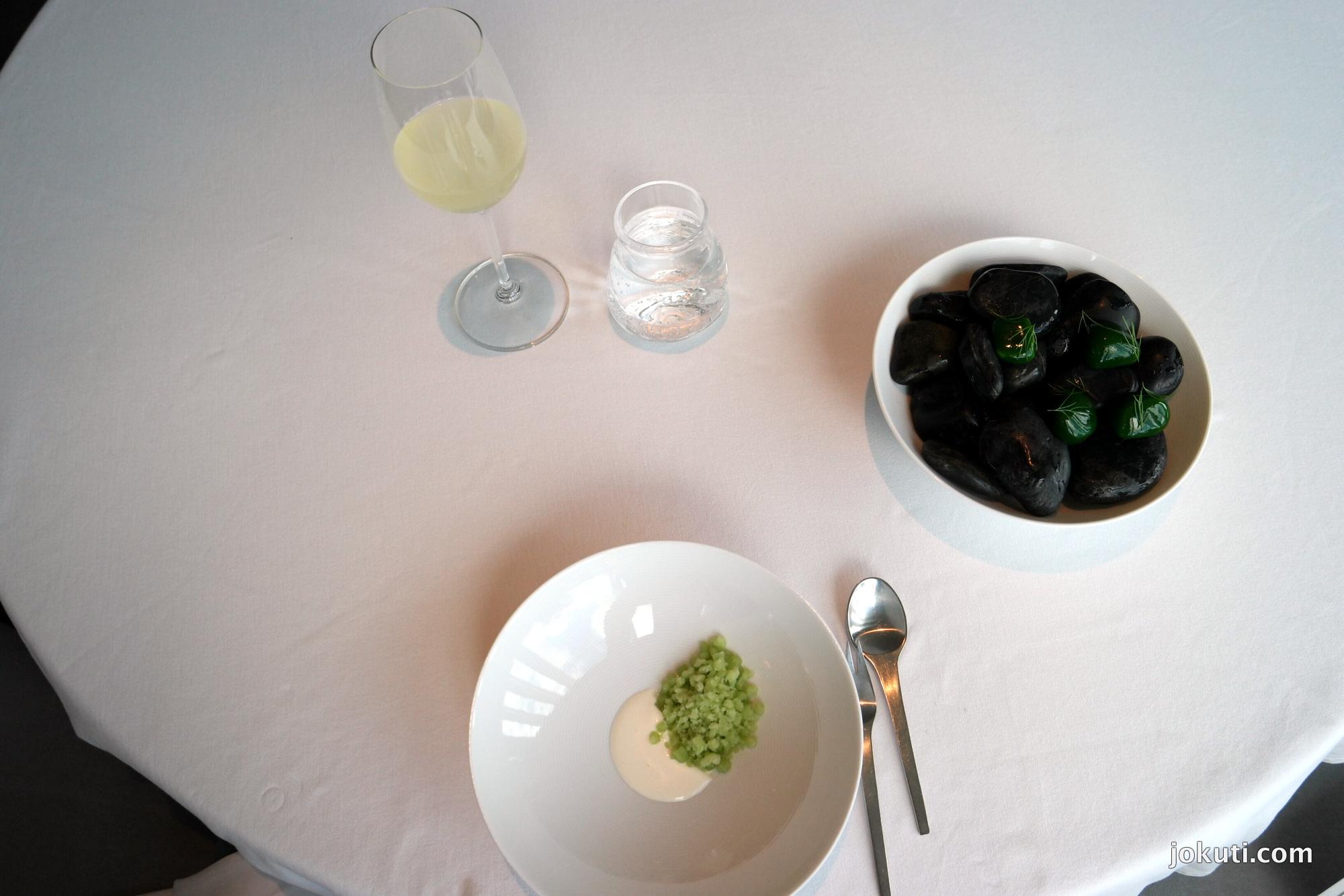 'Kaporkő' - Szent Jakab kagyló, torma és savanyított uborka szorbé<br />Az egyik leghíresebb Geranium-klasszikus. Fantasztikusan friss íz, meglepő módon erősen emlékeztet a tejfölöd uborkasalátára :)