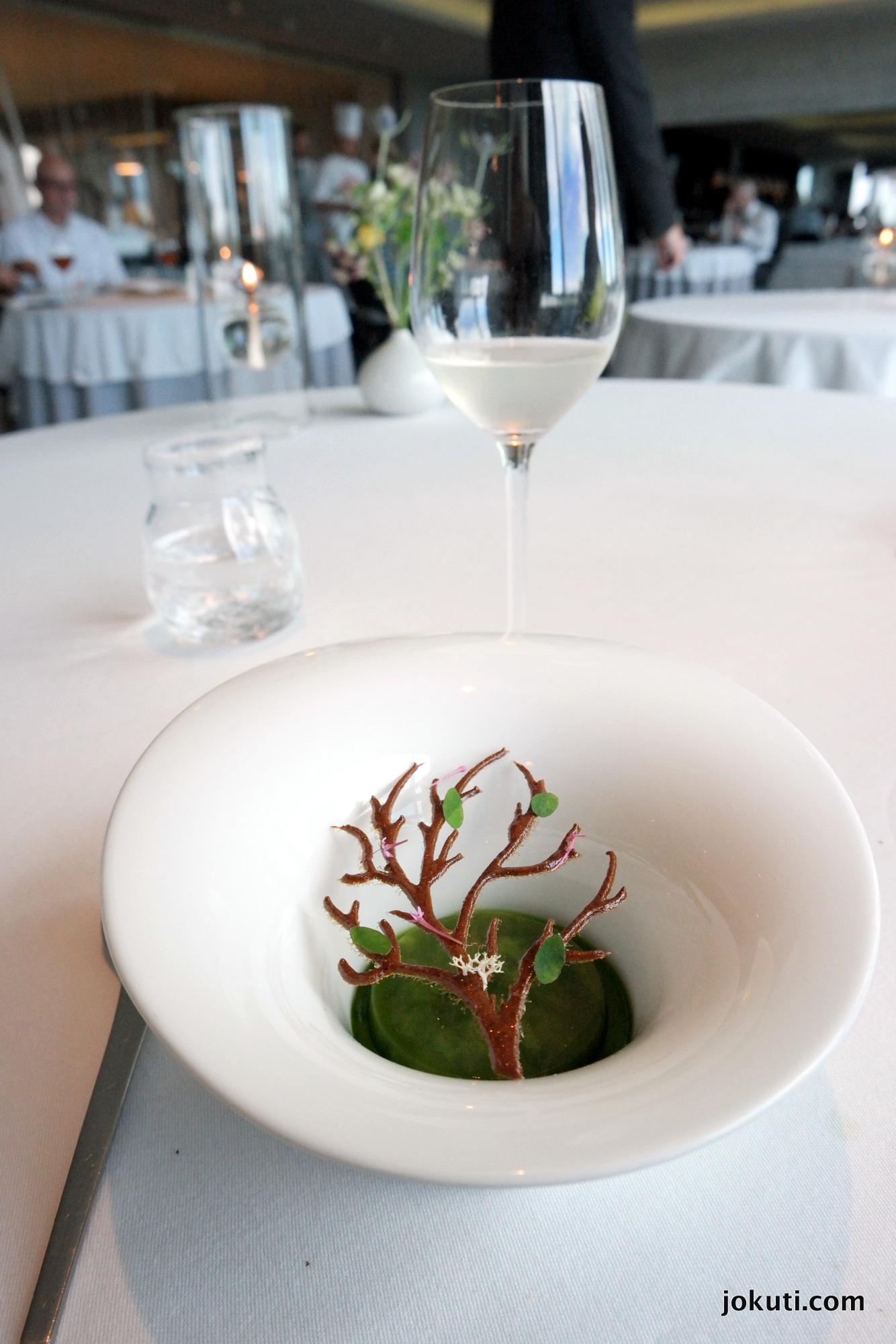 'Erdő'<br />Talán a leghíresebb specialitása a sfének ez a desszert, ami minden évszakban változik, az ízek is, a dekoráció is (például télen lehullanak a levelek a fáról).<br />Erdei sóska és szagos müge
