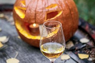 #pumpkin & #wine Photo by @szedmakwinerytokaj  #tokajwineregion #tokaji #tokaj #tarcal #visittokaj #tokajhegyalja #autumn #halloween #halloweenpumpkin #halloweendecor #instahungary #instahun #loves_hungary #visithungary #UNESCO #unescoworldheritage #unescoworldheritagesite #discoverglobe #instaphoto #pictureoftheday #picoftheday @hellomagyarorszag @ilovehungarianwines