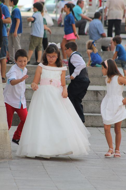 menyasszonynak_oltozott_kislanyok_1.jpg