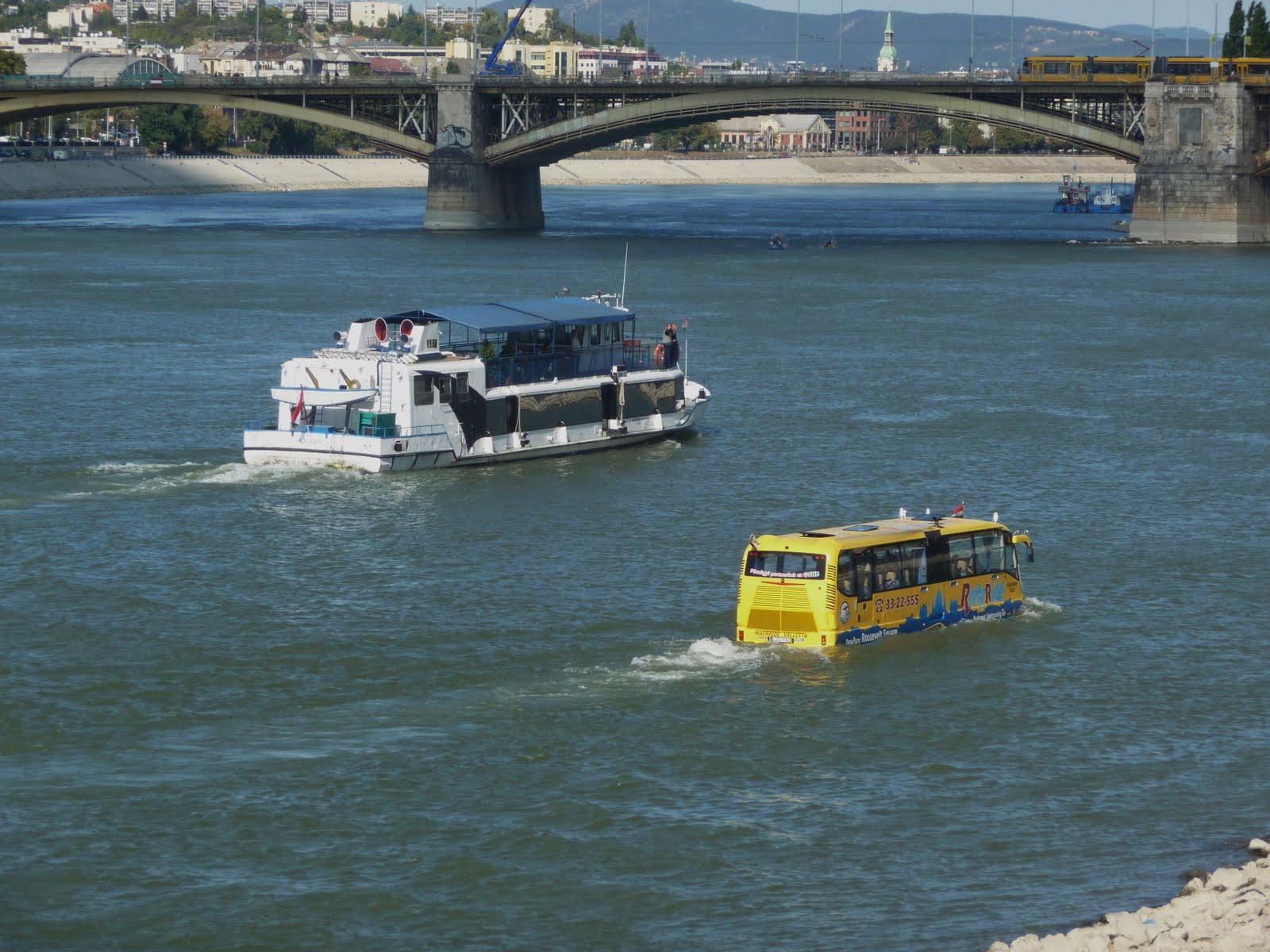 Hajó és vízibusz a Dunán