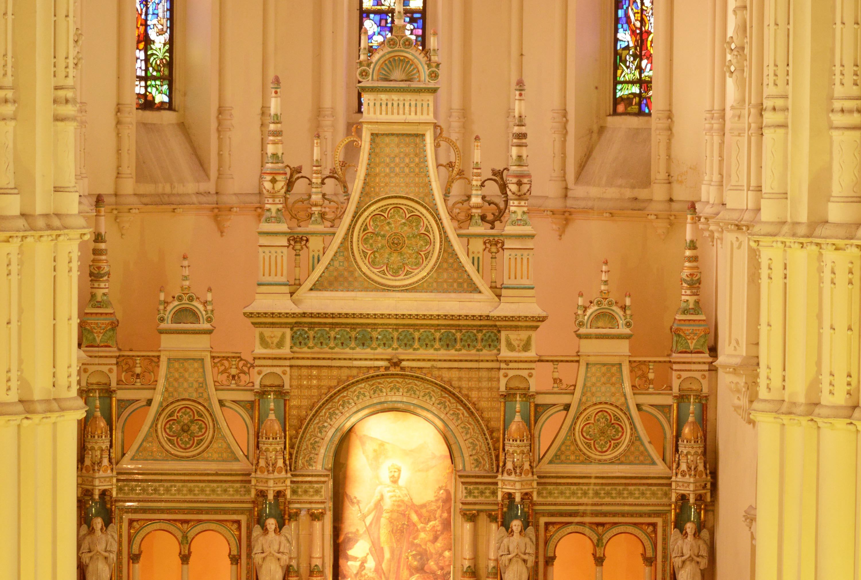a hatalmas pirogránit oltár Zsolnay-remek