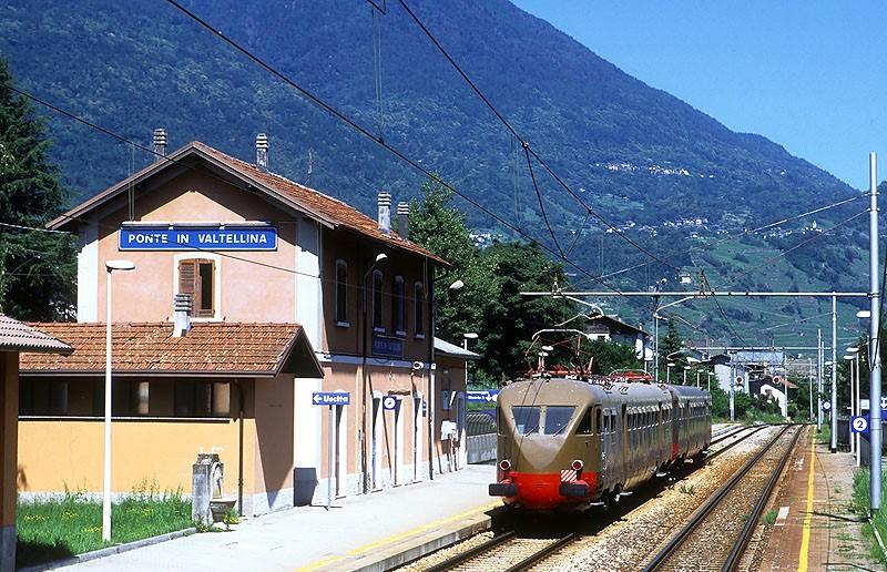 olaszország lombardia Valtellina vasút Ponte in Valtellina vasútállomásán villamos motorvonat