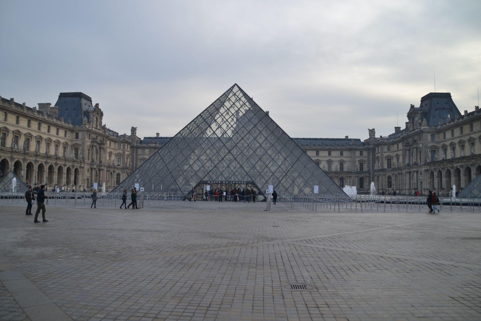 louvre, párizs, múzeum, üvegpiramis