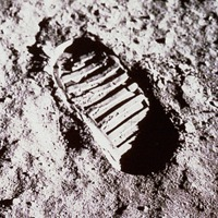 5. 43 éves a Holdra szállás