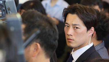 A koreai elnök jóképű testőrétől hangos az internet