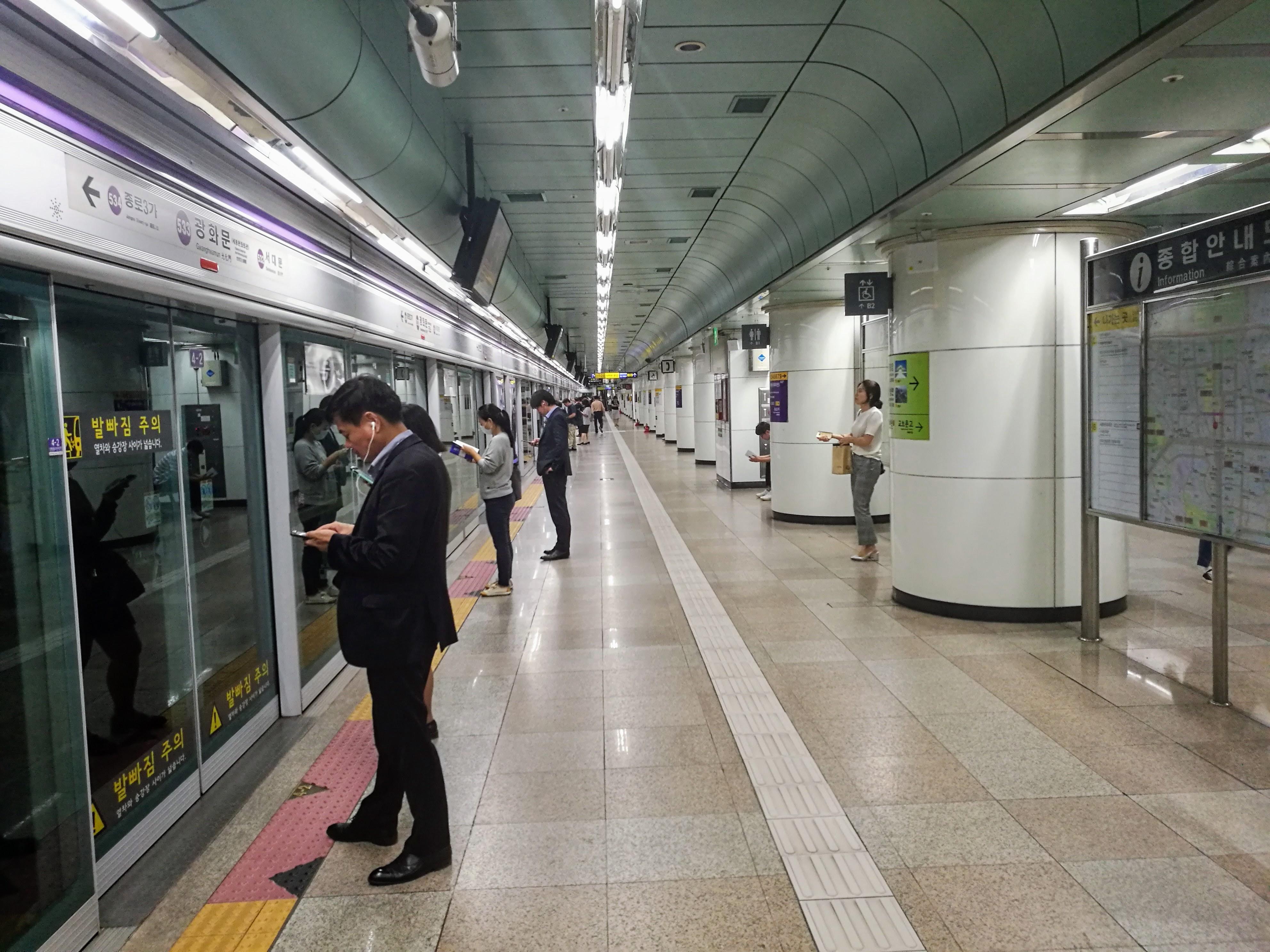 Szöuli metró egy állomása.