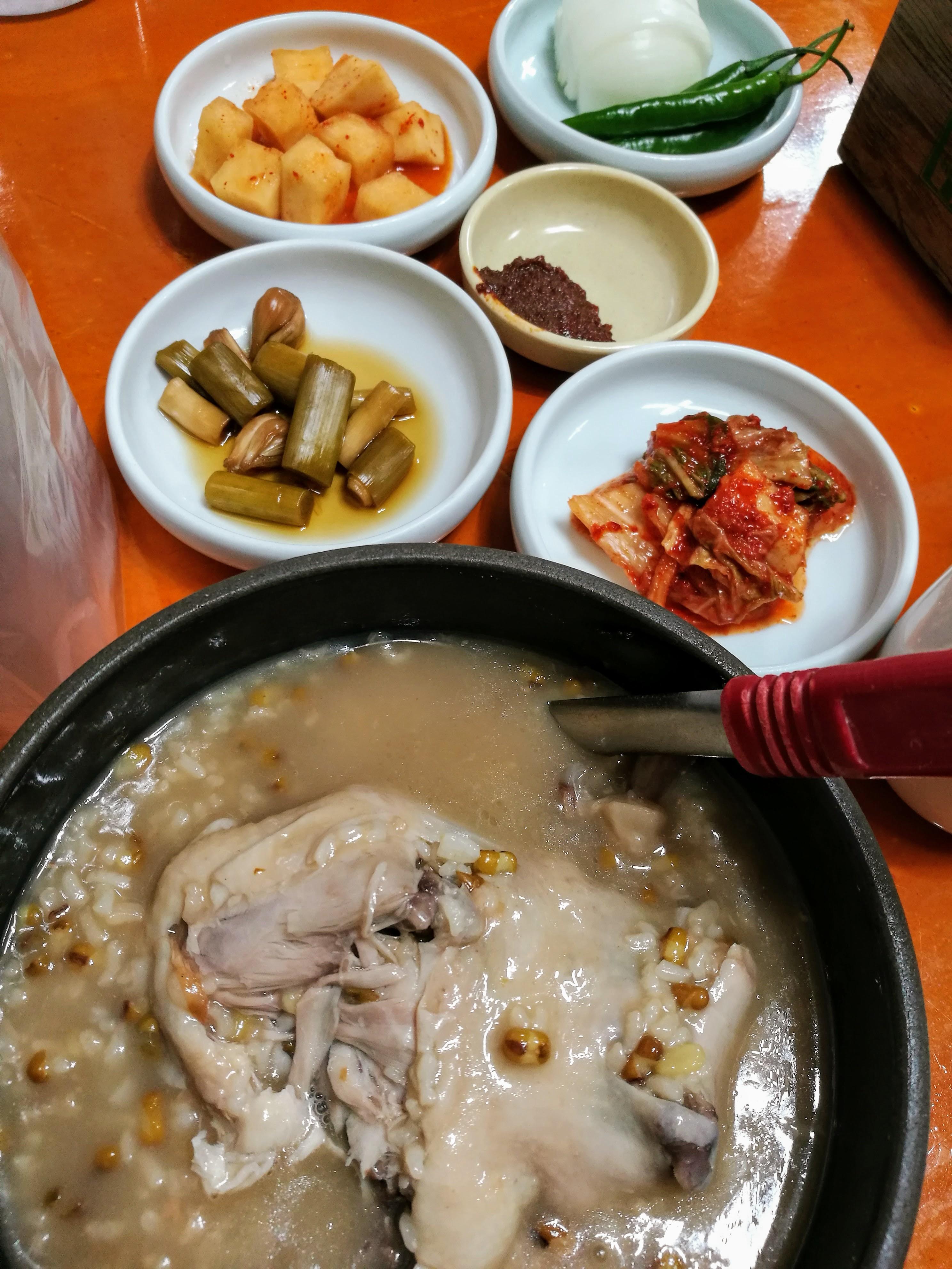 A koreaiak egyik kedvenc étele, a ginzenges csirkeleves (szamgjethang). És persze pancshanok mellé ;)