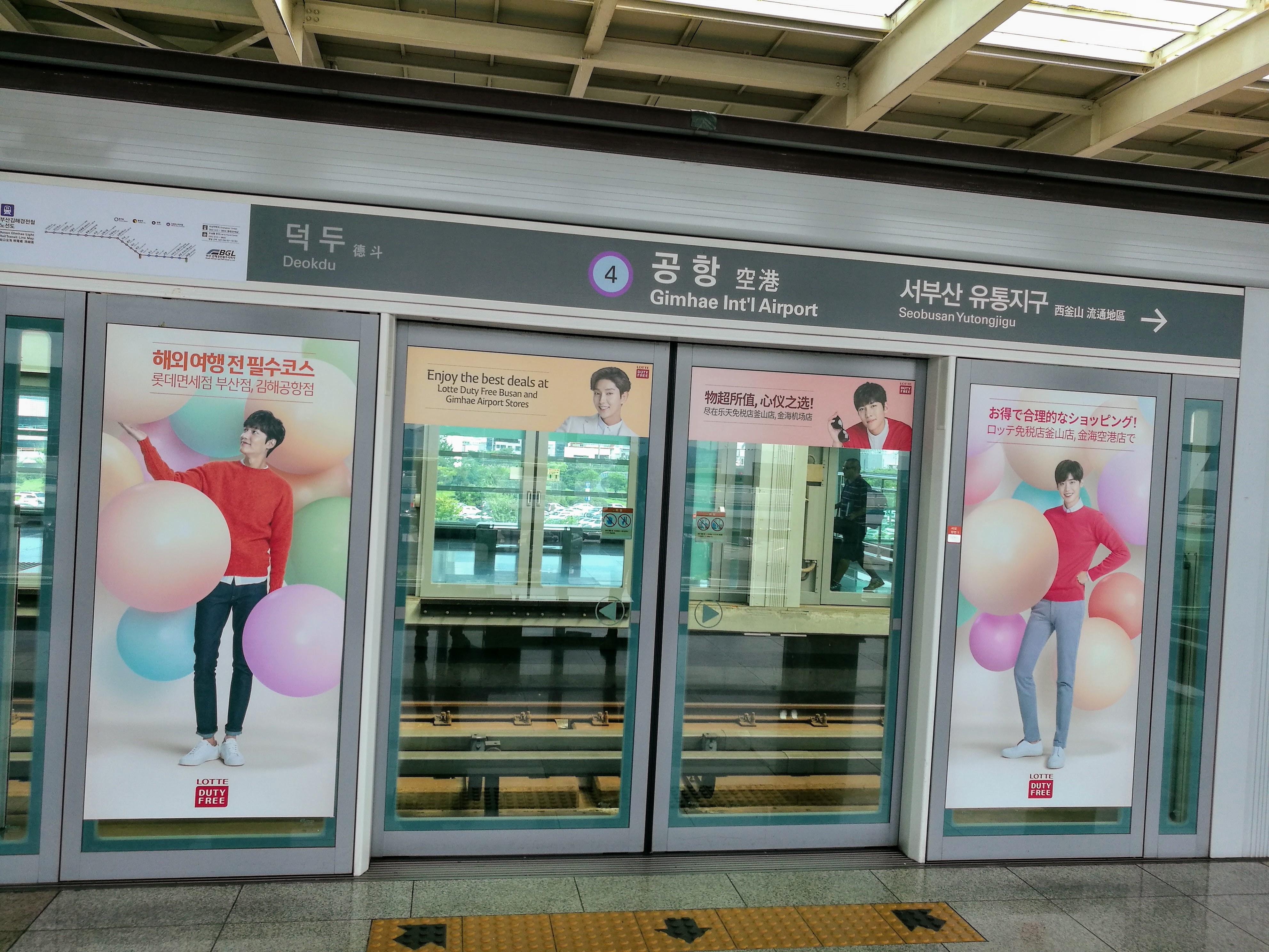 Ez már a puszani metró állomása a Kimhe nemzetközi repülőtérnél. Mindenütt mindenütt sztárokkal kiplakátolva.