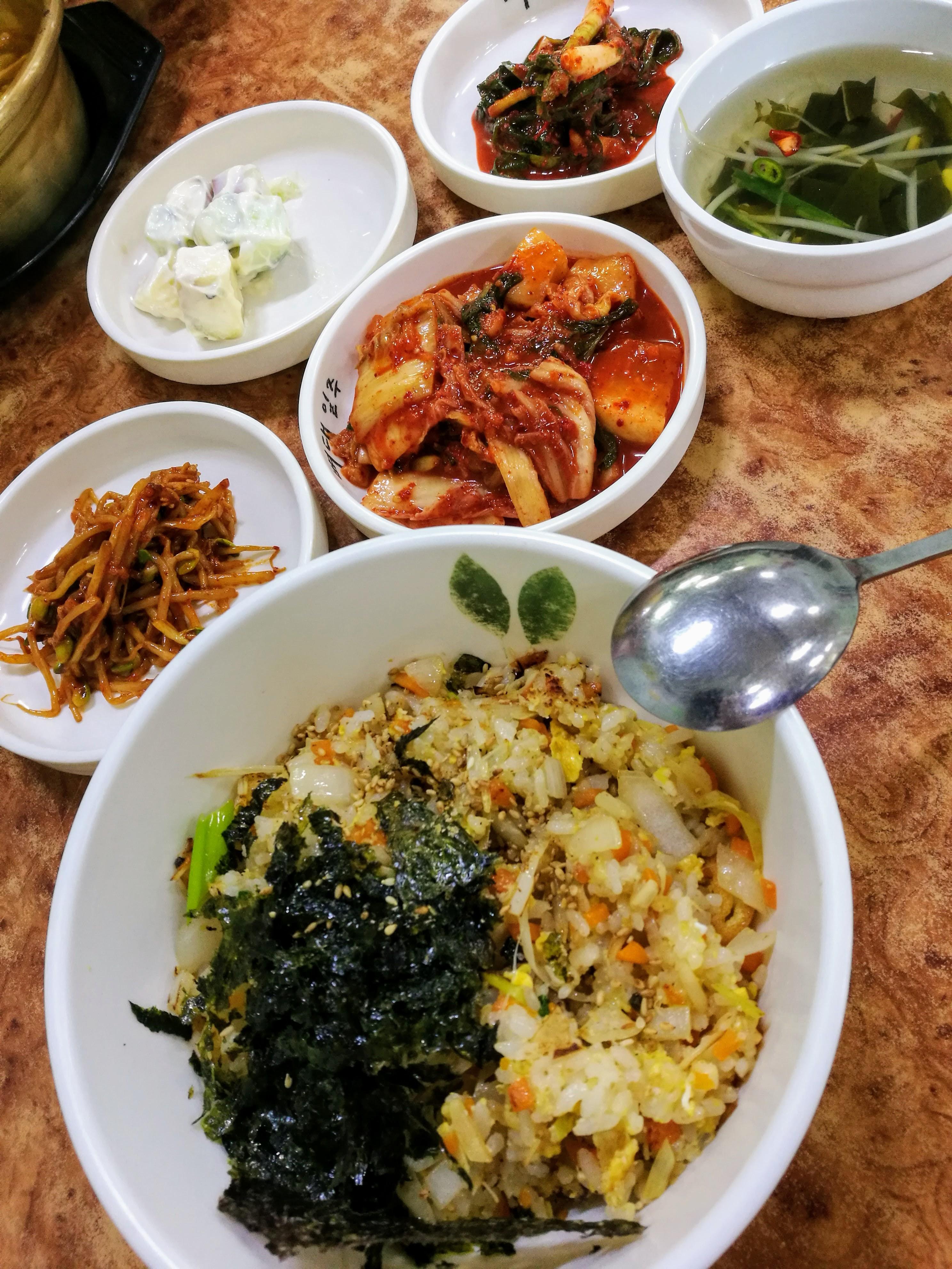 zöldséges pirított rizs (pokkumbap) és az elmaradhatatlan pancshanok