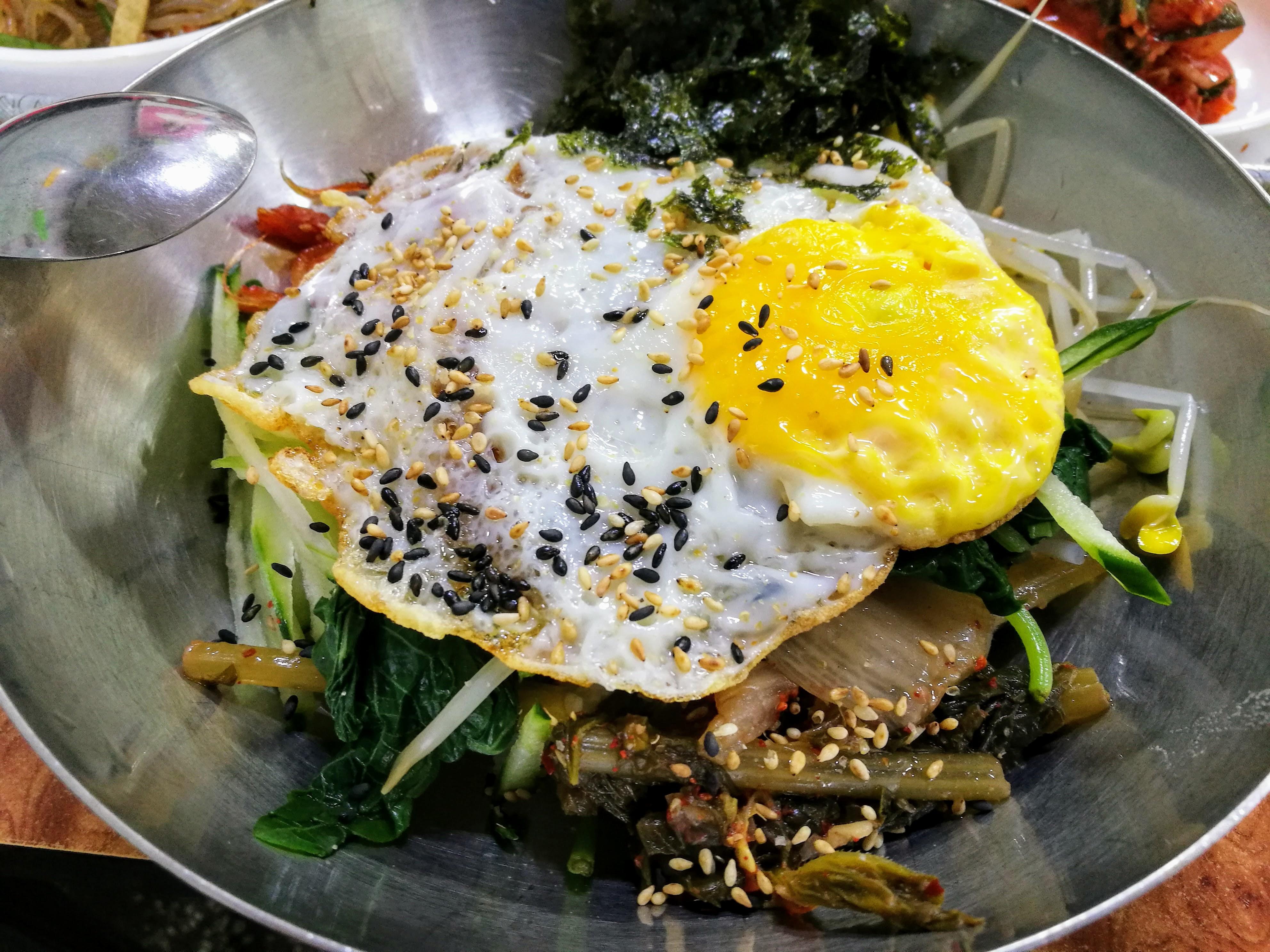 zöldséges bibimbap (rizs, zöldségek, tojás).