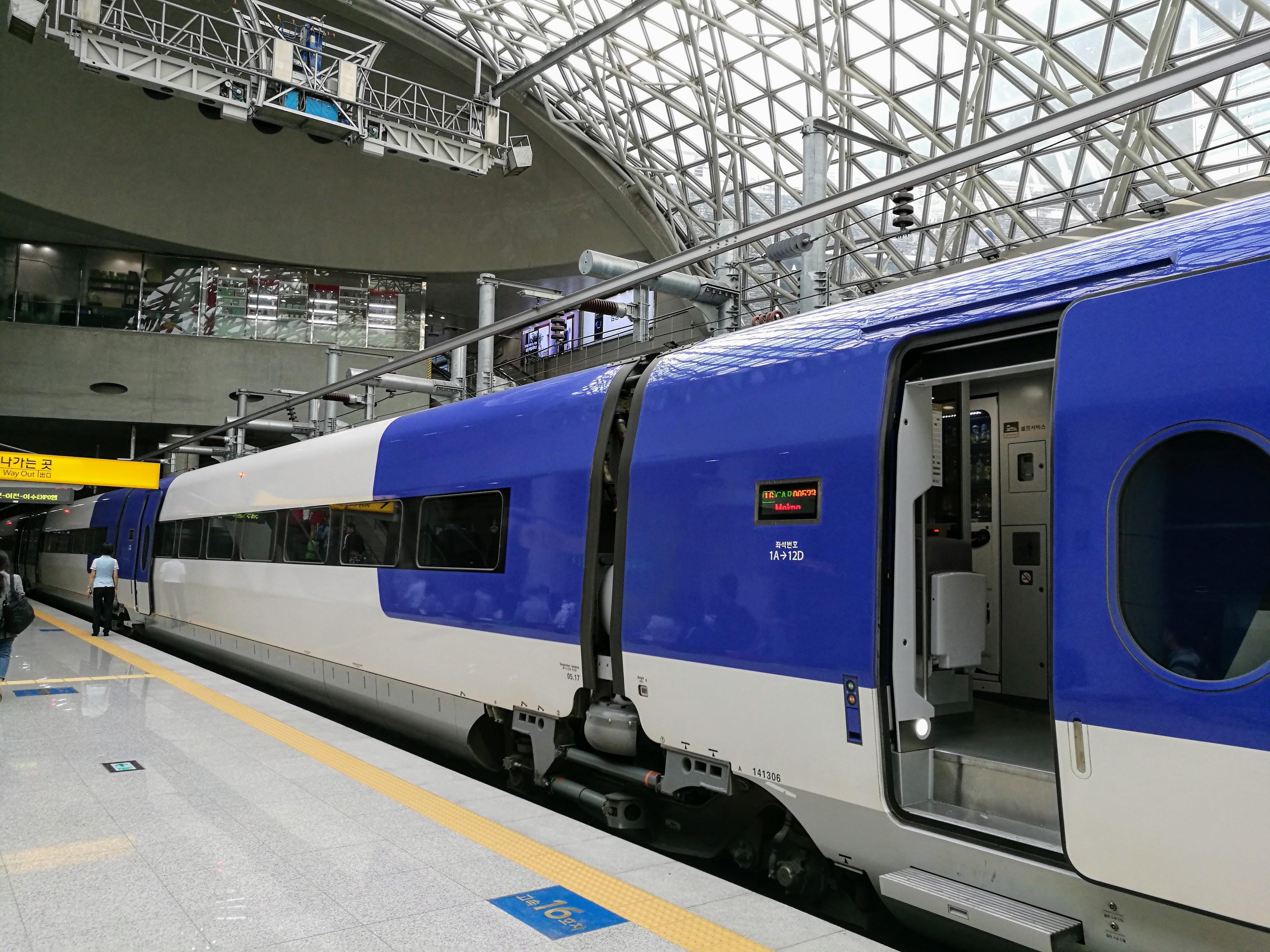 KTX gyorsvonat. 260 km/óra sebességgel közlekedik. A jegy kb. 16 ezer forintba kerül. Az utat Puszanból Szöulba a vonat kevesebb mint három óra alatt teszi meg.