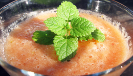 Nyári frissítő: sárgadinnyés-epres smoothie