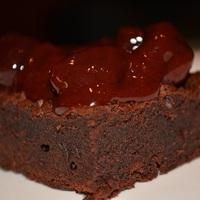 Brownie csokis-meggyes szósszal