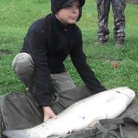 Kisgyermekek nagy halakkal