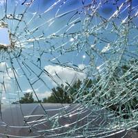 Lakóház udvarába vágódott az autó a karambol után