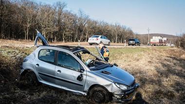 Életmentő férfiak a Bakonyban: együtt emelték le az autót a sérültről