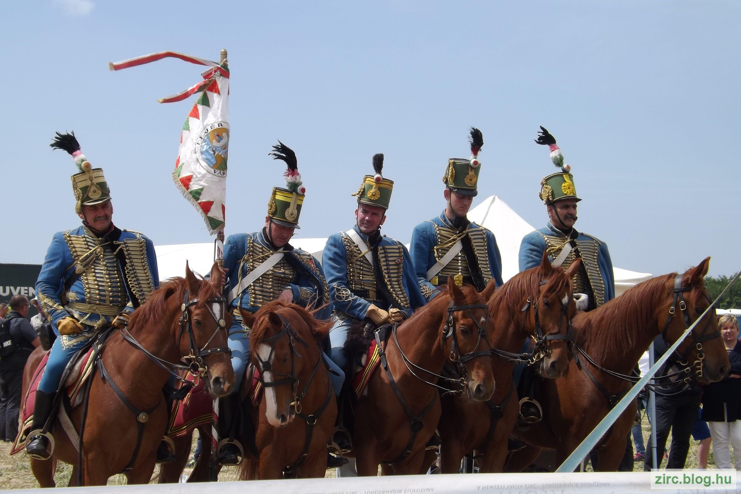 A Bakonyi Vágta ünnepélyes megnyitója előtt tisztelegnek a huszárok.