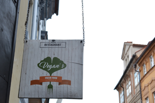 Prágai vegán étterem mustra