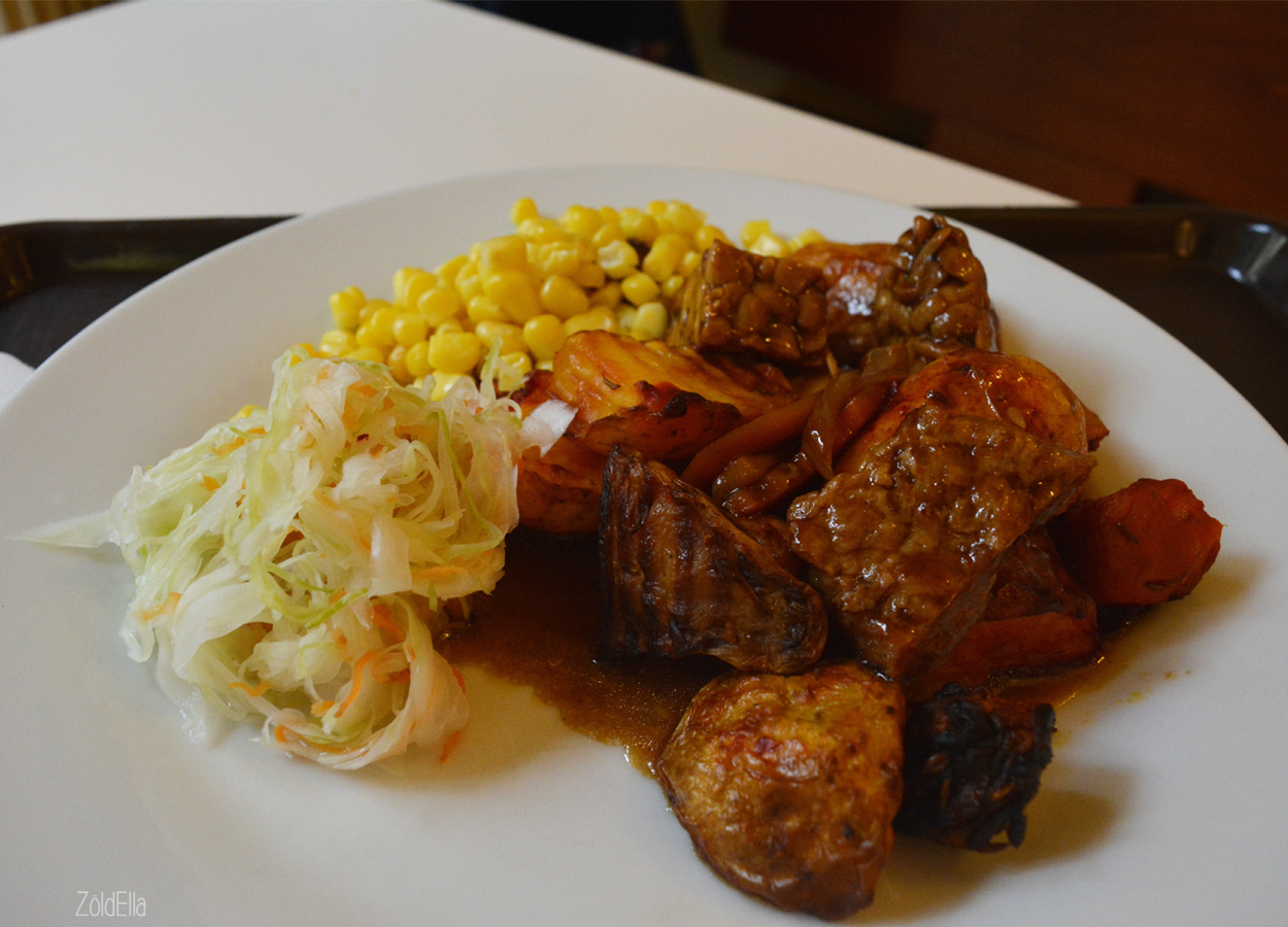 Sült krumpli céklás szójabab sülttel, kukoricával és káposztával