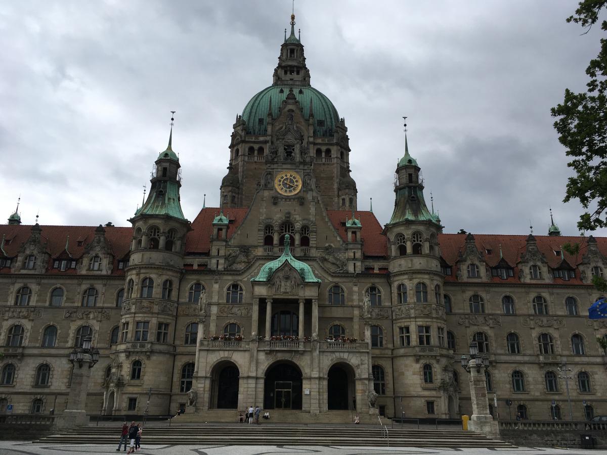 A lépcsőn sétáló emberek méretét az épülethez hasonlítva látható, hogy mekkora is valójában a Városháza.