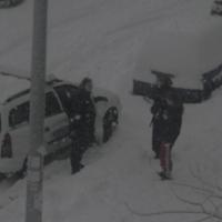 A rendőrautók is belefagytak a hóba (video)