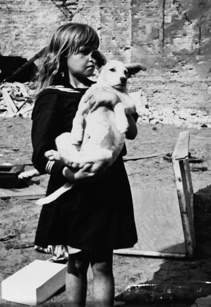 Kislány kutyájával Varsó Praga városrészében