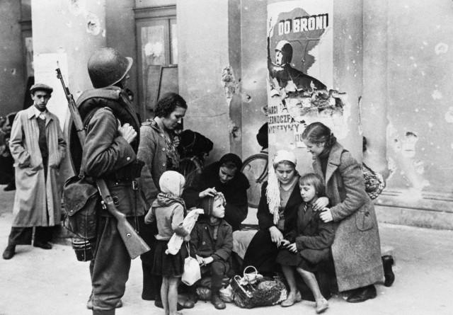 Lengyel család a varsói operaház előtt