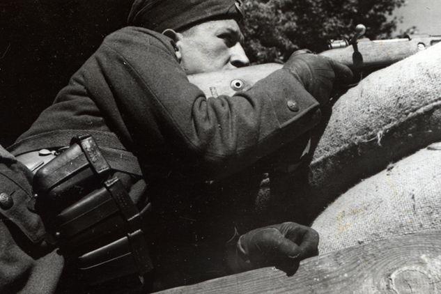 Lengyel katona a barikádon