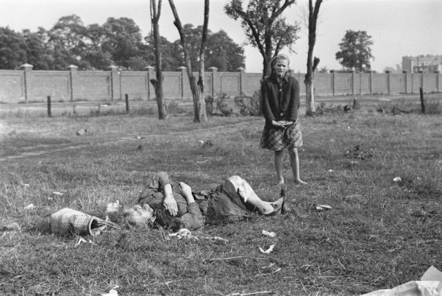 Kazimiera Mika halott nővérét siratja. Néhány lengyel nő a Jana Ostroroga utca közelében fekvő földterületen krumplit ásott amikor német vadászgépek támadtak rájuk géppuskatűzzel. Bryan aki a közelben autózott, pár perccel a támadás után ért a helyszínre.