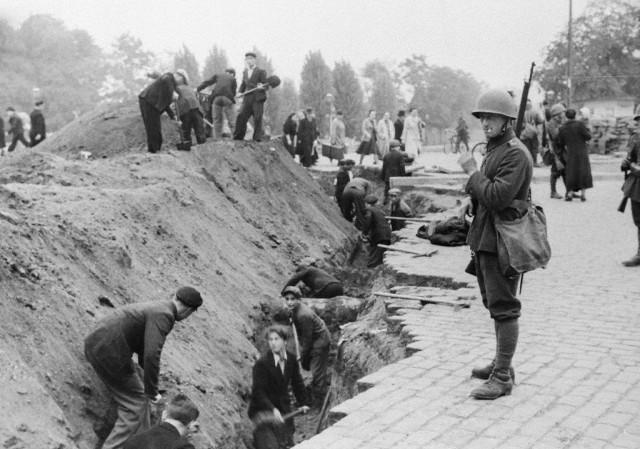A polgári lakosok harckocsiárkokat ásnak