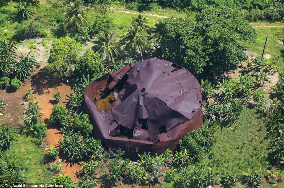 Egy félig elpusztult kőolaj tartály az egyik szigeten.