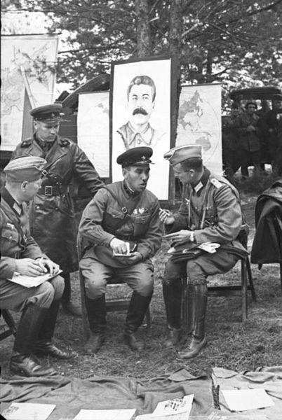 402px-Bundesarchiv_Bild_101I-121-0011-20,_Polen,_deutsch-sowjetische_Siegesparade.jpg