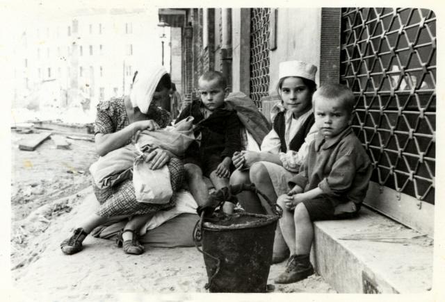 Házából kibombázott család az utcán