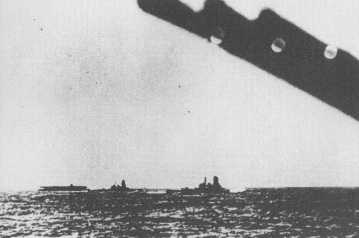 1941. december 6. Az Akagi repülőgéphordozó és a Hiei, valamint a Kirishima csatahajók úton Hawaii felé.