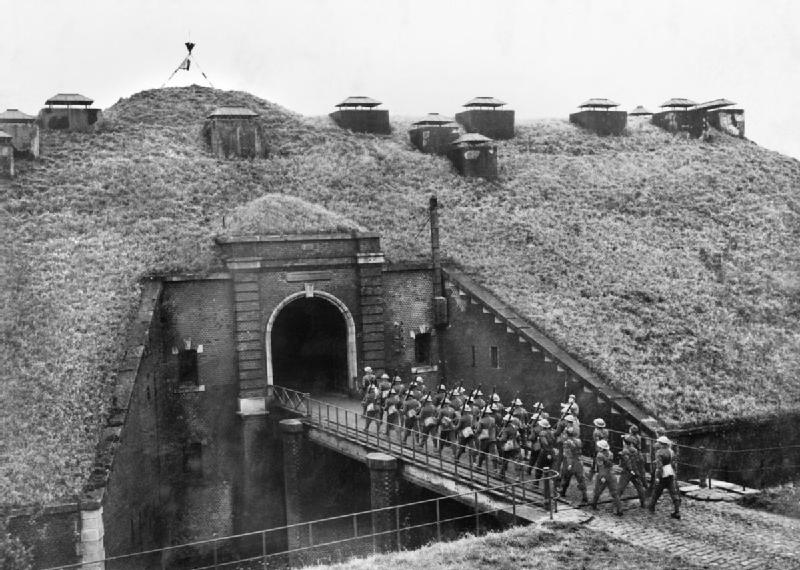 BEF_Troops_of_51st_Highland_Division_march_over_a_drawbridge_into_Fort_de_Sainghain_on_the_Maginot_Line,_3_November_1939.jpg