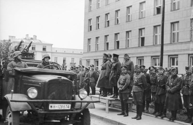 Bundesarchiv_Bild_101I-121-0011A-23,_Polen,_Siegesparade,_Guderian,_Kriwoschein.jpg