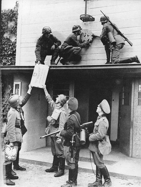 Bundesarchiv_Bild_183-E10458,_Polen,_Zollstation,_deutsche_Soldaten.jpg