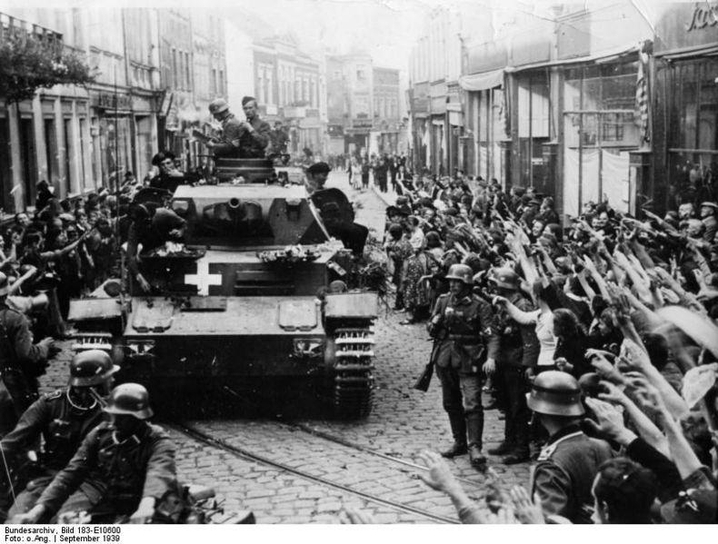 Bundesarchiv_Bild_183-E10600,_Graudenz,_jubelnde_Menschen_neben_Panzer_IV.jpg