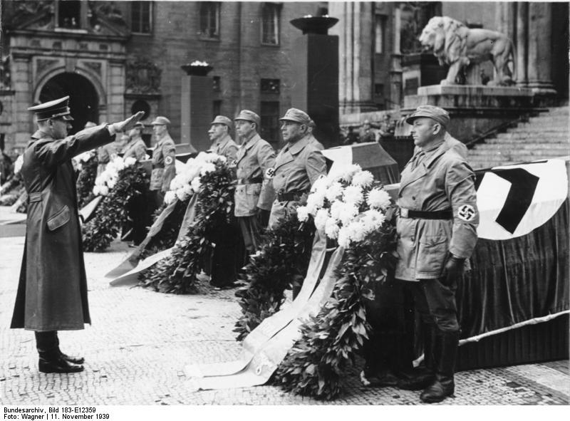 Bundesarchiv_Bild_183-E12359,_München,_Adolf_Hitler_vor_Feldherrenhalle.jpg