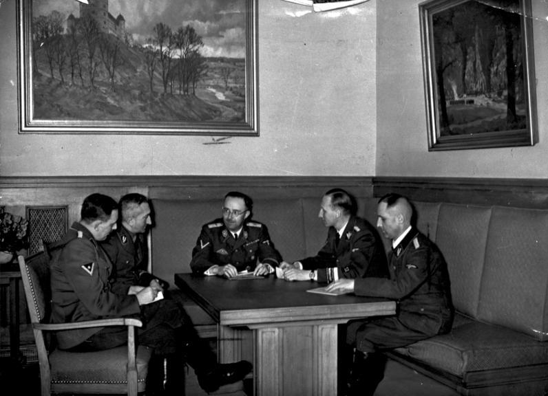 Bundesarchiv_Bild_183-R98680,_Besprechung_Himmler_mit_Müller,_Heydrich,_Nebe,_Huber.jpg
