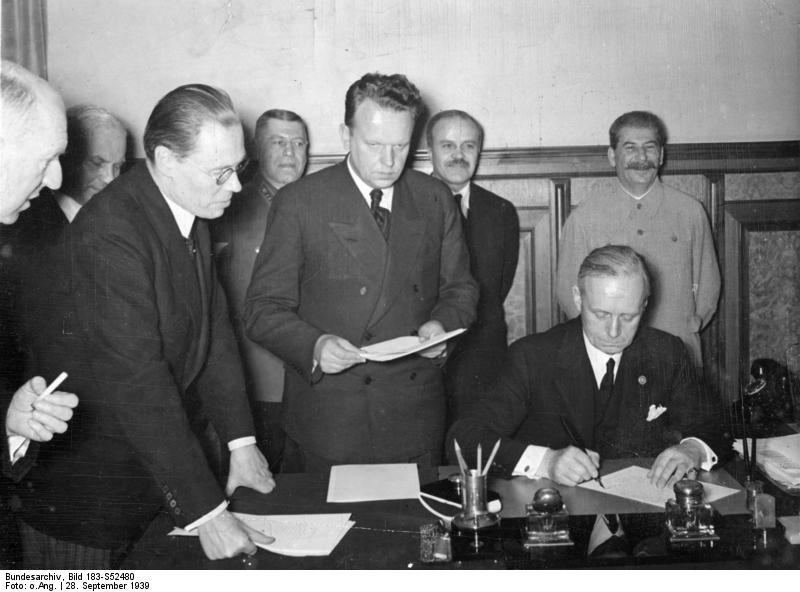 Bundesarchiv_Bild_183-S52480,_Dtsch.-Sowjet._Grenz-_u._Freundschaftsvertrag.jpg