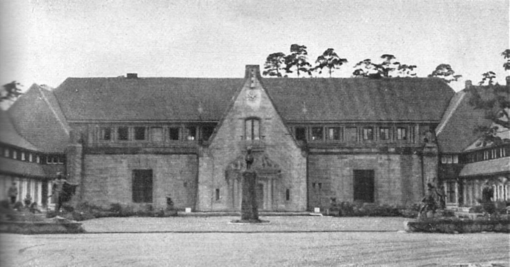 Carinhall főbejárata és központi udvara