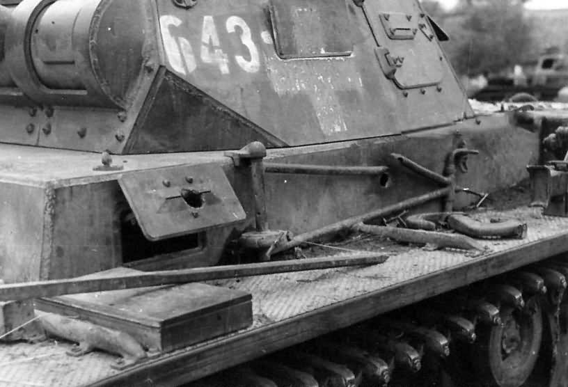 Kilőtt Panzerkampfwagen III Ausf. D. Az egyik lövedék pont a vezető bal oldali kitekintőnyílásánál találta el.