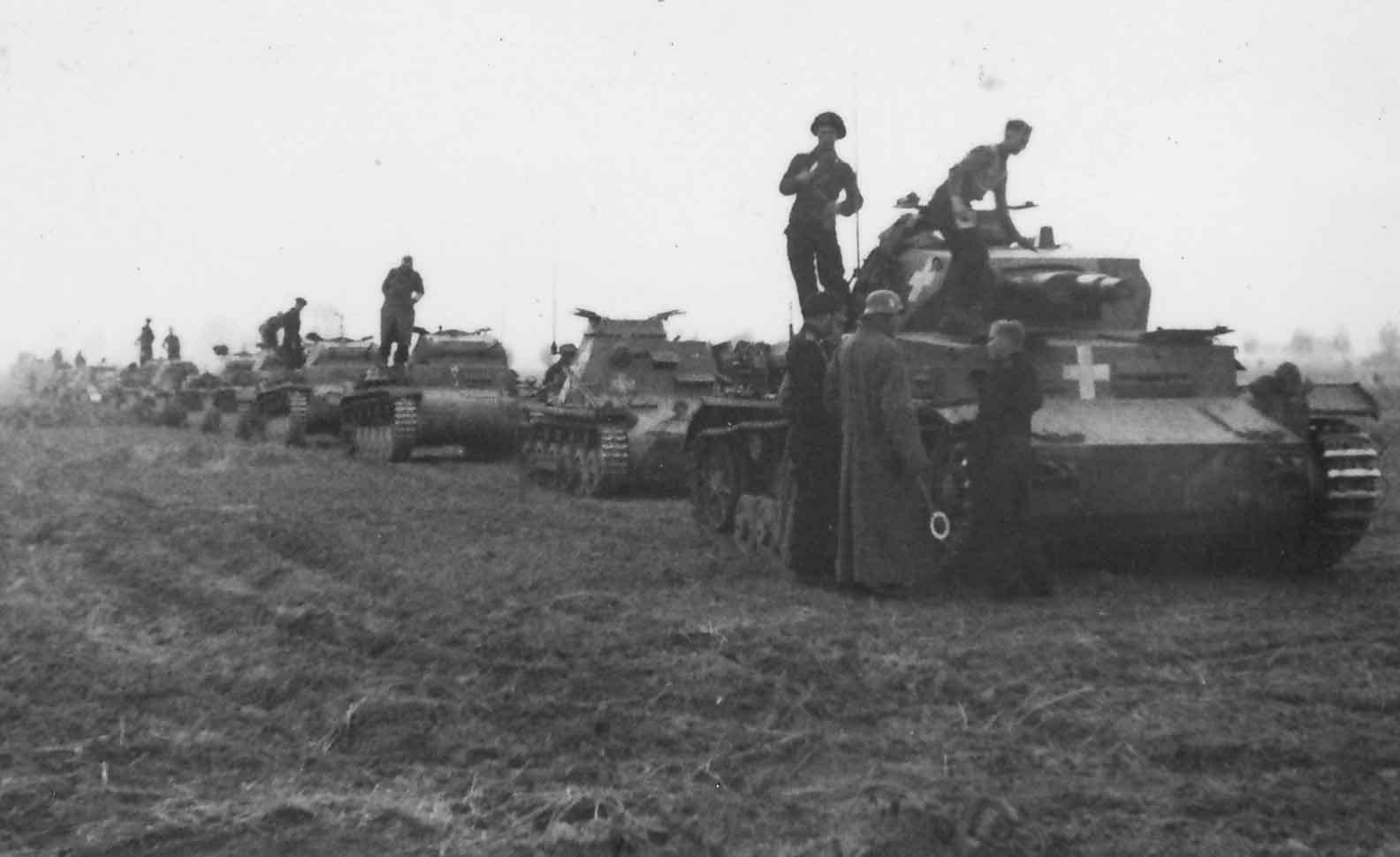 Német páncélos hadoszlop, az élen egy Panzerkampfwagen IV Ausf. C
