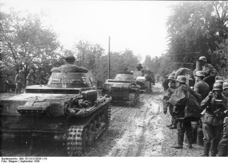 Panzerkampfwagen I Ausf.B harckocsik haladnak el egy gulyáságyú mellett