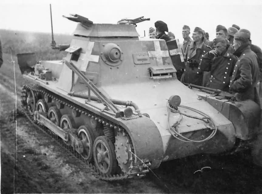 Kleine Panzerbefehlswagen I (Sd.Kfz.265) parancsnoki harckocsi és Luftwaffe katonák