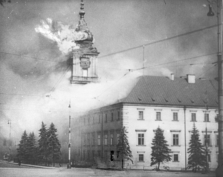 The_Royal_Castle_in_Warsaw_-_burning_17.09.1939.jpg